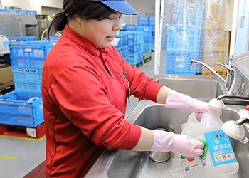 洗剤容器を洗っている写真